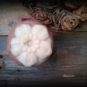 Rózsaszappan kecsketejjel és rózaszín agyaggal - virág formájú, Szépségápolás, Szappan, tisztálkodószer, Kecsketejes szappan, Natúrszappan, Összetétele: olívaolaj, kókuszolaj, napraforgóolaj, szőlőmagolaj, kecsketej, lúg, rózsaszín agyag, r..., Meska