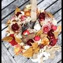 Talicskát toló manó őszi kopogtato/ajtodisz, 30 cm átmérőjű vesszo alapú koszorún termese...
