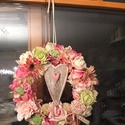 Romantikus pasztell kopogtato/ajtodisz, Dekoráció, Otthon, lakberendezés, Dísz, Ajtódísz, kopogtató, 27 cm átmérőjű vesszo alapon kellemes pasztell viragok/ rozsa, szegfű, gerbera... , Meska
