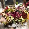 Mokuska az őszi kosarban elbújva ssztaldisz, Selyemviragok es textil szivecskek között megbú...