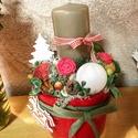 Kisebb asztaldisz adventre, Dekoráció, Karácsonyi, adventi apróságok, Otthon, lakberendezés, Ünnepi dekoráció, Karácsonyi dekoráció, Asztaldísz, Piros kaspoban gyertya, termesek , gombok, Meska
