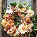 Tavaszi ajtódísz, Selyemviragok szalma alapon, 27-28 cm átmérőjű