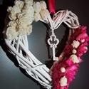 Egyedi szíves fehér pink kopogtató ajtó dísz, Dekoráció, Mindenmás, Otthon, lakberendezés, Ajtódísz, kopogtató, Virágkötés, Mindenmás, Egyedi szíves fehér pink kopogtató, függő ajtó dísz. Mérete: 24 cm A termék alapanyagait készen vás..., Meska