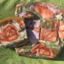 Rózsás táska és nesszeszer, Táska, Válltáska, oldaltáska, Fényes, farmerszerű anyagból készült válltáska, és hozzávaló nesszeszer, romantikusoknak. Mindkét d..., Meska