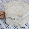 Fehér, csipkemintás doboz, Baba-mama-gyerek, Esküvő, Otthon, lakberendezés, Nászajándék, Festett tárgyak, Csipkekészítés, Fehérre festett doboz, domború csipkemintával, szivecskével. Kitűnő ajándék esküvőre, keresztelőre...., Meska