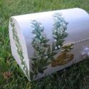 Esküvői láda az ifjú párnak (kisebb), 15x10x10 cm faládát festettem fehérre. A virág...