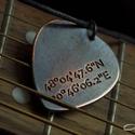 Saját GPS koordinátás fém gitár pengető nyaklánc- fiúknak is, Ékszer, Férfiaknak, Nyaklánc, Saját GPS koordinátás fém gitárpengető nyaklánc, vagy bármilyen saját GPS koordináta kérhető bele. I..., Meska