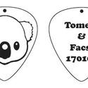 Koala emoji nyaklánc kétoldalas hátoldalon felirat Fém gitárpengető nyaklánc Fanninak, Koala emoji  kétoldalas gitárpengető nyaklánc ...