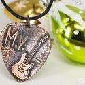 Karácsonyi ajándék ötlet gitárosoknak -FENDER gitár + saját monogram - vörösréz EGYEDI gitárpengető nyaklánc , Ékszer, Dekoráció, Karácsonyi, adventi apróságok, Mindenmás, Ünnepi dekoráció, Hangszer, zene, SAJÁT  monogrammal ------------------------------------------------------------------  Alapanyag Vör..., Meska