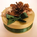 Aranyszínű ajándékdoboz, Dekoráció, Karácsonyi, adventi apróságok, Ünnepi dekoráció, Háncs dobozból készült ajándékdoboz. Kívülről aranyszínűre festett, belül natúr. A dís..., Meska