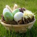 Húsvéti kosárka, Dekoráció, Otthon, lakberendezés, Ünnepi dekoráció, Húsvéti díszek, Asztaldísz, Húsvéti asztaldísz kerek bambuszkosárban. A díszítéshez műanyagtojásokat, szárazvirágokat, terméseke..., Meska