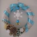Téli ajtódísz horgolt hópelyhekkel, Dekoráció, Karácsonyi, adventi apróságok, Ünnepi dekoráció, Karácsonyi dekoráció, Virágkötés, Horgolás, Az ajtódísz szalma koszorúalapra készült. A díszítéshez szatén szalagot, hópehely mintás, kék műany..., Meska