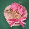Ajándékdoboz rózsákkal, Dekoráció, Otthon, lakberendezés, Dísz, Háncsból készült ajándékdoboz. A díszítéshez rózsaszín papírszalagot, rózsaszín műrózsákat, sóvirágo..., Meska