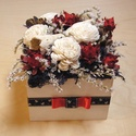 Virágdoboz szárazvirágokból, Otthon, lakberendezés, Dekoráció, Asztaldísz, Dísz, Szárazvirágok és termések szalaggal díszített fehér fa dobozban.  Méretei: Magasság: kb. 12..., Meska