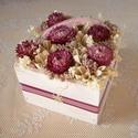 Rózsaszín virágdoboz, Otthon, lakberendezés, Dekoráció, Asztaldísz, Dísz, Rózsaszín és krémszínű szárazvirágokból és termésekből készült virágdísz rózsaszín szalagokkal díszí..., Meska
