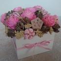 Rózsaszín virágdoboz, Dekoráció, Otthon, lakberendezés, Dísz, Asztaldísz, Szárazvirágokból és termésekből készült virágdoboz.  Méretei: Magasság: kb. 12 cm Szélesség: kb. 11-..., Meska