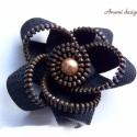 Cipzárból készült virágot formázó brosstű, Kb. 6 cm átmérőjű virág alakú bross cipzárb...