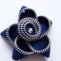 Virágot formázó cipzárból készült brosstű, Kb. 6 cm átmérőjű virág alakú bross cipzárb...