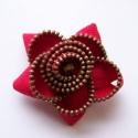 Piros cipzár virág bross Minike részére, Kb. 6 cm átmérőjű virág alakú bross cipzárb...