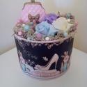 Shabby virágbox csajoknak, Dekoráció, Dísz, Virágkötés, Kedvenc bögrém tárolódobozát vettem alapul. Abba tűzőhabot tettem, középre kerámia díszt helyeztem,..., Meska