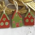 Karácsonyi Házacskák - Karácsonyi Színek - Karácsonyfadísz, Dekoráció, Ünnepi dekoráció, Karácsonyi, adventi apróságok, Karácsonyfadísz, Apró házacskákat kérhetsz a karácsonyfádra. Mindkét oldaluk festett, mint a fotókon is látható.  A m..., Meska