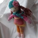 Lili - Horgolt sapkás babalány, Baba-mama-gyerek, Játék, Baba játék, Játékfigura, Lili egy 22 cm magas, sapkás-sálas horgolt babalány. A sapka és sál levehető.  Műszálas töltetű, kön..., Meska