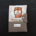 Névre szóló egészségügyi kiskönyv borító, Baba-mama-gyerek, Naptár, képeslap, album, Baba-mama kellék, A egészségügyi kiskönyv borító  mérete félbehajtva 19 cm magas és 13,5 cm széles. Patentta..., Meska