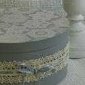 Pasztell szürke romantikus tároló, kalapdoboz, esküvői ajándékátadó., Dekoráció, Otthon, lakberendezés, Esküvő, Tárolóeszköz, Pasztell szürke színben és csipke mintával, valamint egyéb kiegészítőkkel készültek  ezek a kalapdob..., Meska