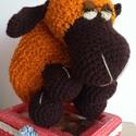 Bárány rozsdabarna, Dekoráció, Játék, Dísz, Játékfigura, Horgolás, Kötés, Rozsdabarna buklé fonalból készítettem ezt a 15 cm magas bárányt.  Arcát lábait és füleit pedig söt..., Meska