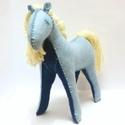Mesebeli póniló, Játék, Játékfigura, Készségfejlesztő játék, A lovacska csak természetes anyagok felhasználásával készült. A két féle kék filcből kész..., Meska