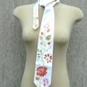 Kézzel festett selyem nyakkendő - kalocsai motívumokkal, Férfiaknak, Magyar motívumokkal, Ruha, divat, cipő, Férfi ruha,  Kalocsai motívumokat festettem erre a hernyóselyem nyakkendőre. Igényesen elkészített, hófehér nyak..., Meska