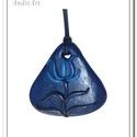 Kék tulipános medál, Ékszer, Magyar motívumokkal, Nyaklánc, Medál, FIMO ékszergyurmából kézzel formázott, kék árnyalatú, tulipános medál, sötétkék viaszolt szálon. Mér..., Meska