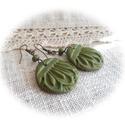 Zöld levél fülbevaló AKCIÓ!, Ékszer, Fülbevaló, Kissé csillogó, kellemes fűzöld ékszergyurmából készítettem a kör alakú fülbevalót, melynek mintája ..., Meska