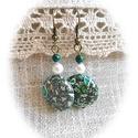 Roppant elegáns : ) zöld roppantott gyöngyös fülbevaló, Ékszer, óra, Fülbevaló, Zöld - törtfehér roppantott üveggyöngyből, hófehér tekla és sötétzöld üveggyöngyből f..., Meska