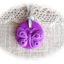 Lili, a halványlila pillangó : ), Ékszer, Nyaklánc, Medál, Kedves, kislányos, kör alakú medál pillangóval, amit  többféle lila árnyalatú ékszergyurmából készít..., Meska