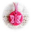 Rita, a rózsaszín pillangó, Ékszer, Nyaklánc, Medál, Kedves, kislányos, kör alakú medál pillangóval, amit pink és rózsaszín árnyalatú ékszergyurmából kés..., Meska