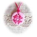 Rózsaszínű virágocska, Ékszer, Nyaklánc, Medál, Igazi kedves, kislányos, kör alakú medál kis virággal, amit kétféle rózsaszín és pink árnyalatú éksz..., Meska