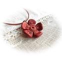 Szeplős kis virág, Ékszer, Nyaklánc, Medál, Ékszergyurmából saját kezűleg formázott téglavörös virág, réz színű középpel és apró díszítésekkel a..., Meska