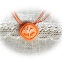 Narancsos- barackos kistuli medál nyaklánccal, Ékszer, Magyar motívumokkal, Nyaklánc, Medál, Ékszergyurmából kézzel formáztam ezt az íves négyszög alakú alapot, rá halvány narancsos kis tulipán..., Meska