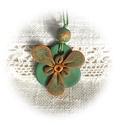 Zöld csipkés háromszirmú, Ékszer, Nyaklánc, Medál, Ékszergyurmából kézzel formázott, zöld csipkés aranyszirmú kis virág zöld alapon, fölül saját anyagá..., Meska