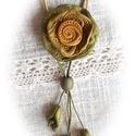 Virágfejes, levélfüzéres nyaklánc, Ékszer, Nyaklánc, Medál, Méregzöld és aranysárga ékszergyurmából gyúrt varázslatos színekből formáztam a nyaklánc elemeit. A ..., Meska