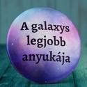 A galaxys legjobb anyukája hűtőmágnes - galaxy mágnes - galaxy hűtőmágnes, Férfiaknak, Ékszer, óra, Óra, ékszer, kiegészítő, Bross, kitűző, Fotó, grafika, rajz, illusztráció, A galaxys legjobb anyukája hűtőmágnes  Alapanyag: Fém, vízhatlan fólia.  Hátulján mágnes lap találh..., Meska