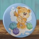 Kötős maci kitűző - kötött bross - maci  kitűző - medve kitűző - cuki ajándék - maci - fonal - kötőtű - fiú - lány, Ruha, divat, cipő, Mindenmás, Ékszer, Bross, kitűző, Kötős maci kitűző - kötött bross - maci  kitűző - medve kitűző - cuki ajándék - maci - fonal - kötőt..., Meska