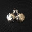 Ezüstös-arany színű valódi bőr fülbevaló, Ékszer, óra, Fülbevaló, Valódi bőrből készített bőr fülbevaló. A fülbevaló francia kapcsos. Fülbevaló kör rész..., Meska
