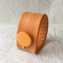 Narancssárga valódi bőr karkötő, Ékszer, Karkötő, A karkötő valódi bőrből készült.  Mérete begombolva körbe 18,8 cm, szélessége 3,8 cm.   , Meska