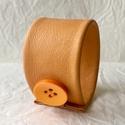 Halvány narancssárga valódi bőr karkötő, Ékszer, Karkötő, A karkötő valódi bőrből készült.  Mérete begombolva körbe 20 cm, szélessége 4,5 cm.   , Meska