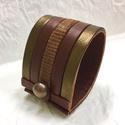 Bronz-barna-mintás csíkos valódi bőr karkötő, Ékszer, Karkötő, A karkötő valódi bőrből készült, saját tervezéssel, kivitelezéssel.  Mérete begombolva körbe 19 cm, ..., Meska