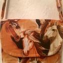 Lovas átvetős táska, állítható pánttal, Táska, Válltáska, oldaltáska, Lovas táska  Magassága 20 cm, szélessége 22 cm. Pántja állítható. Kívül-belül lovas mintás a táska a..., Meska