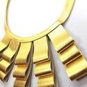 Különleges arany valódi bőr nyaklánc, Ékszer, Nyaklánc, Színe gyönyörű arany.  Mérete: Bőrdíszek magassága 2-6,5 cm. Nyaklánc körmérete 51 cm. Gombbal kapcs..., Meska