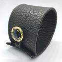 Fekete-bronz valódi bőr karkötő, Ékszer, Karkötő, A karkötő valódi bőrből készült, saját tervezéssel, kivitelezéssel.  Mérete begombolva körbe 21,5 cm..., Meska